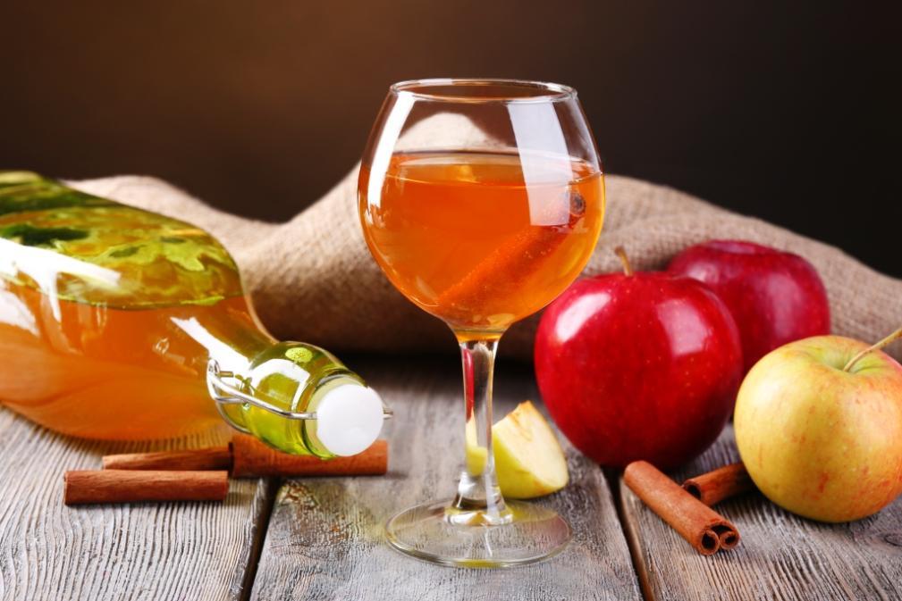 У яблочной настойки красивый янтарный цвет и яркий аромат