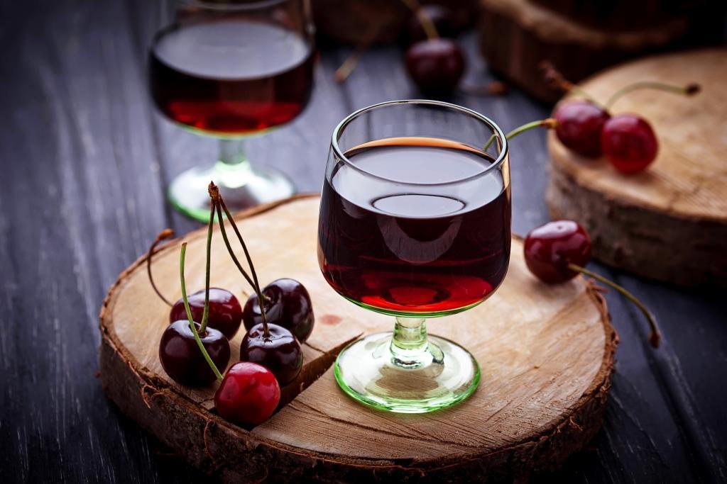 Попробуйте очень вкусную пряную вишневую настойку
