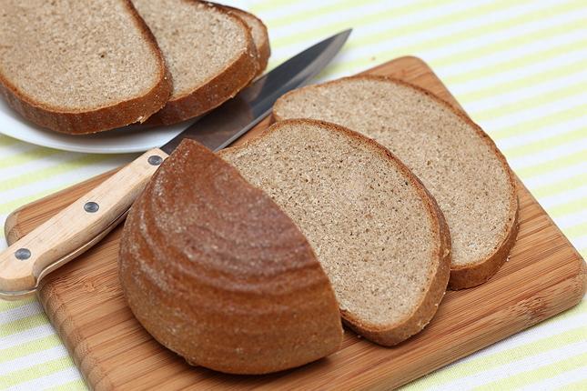 черный хлеб и нож на столе фото