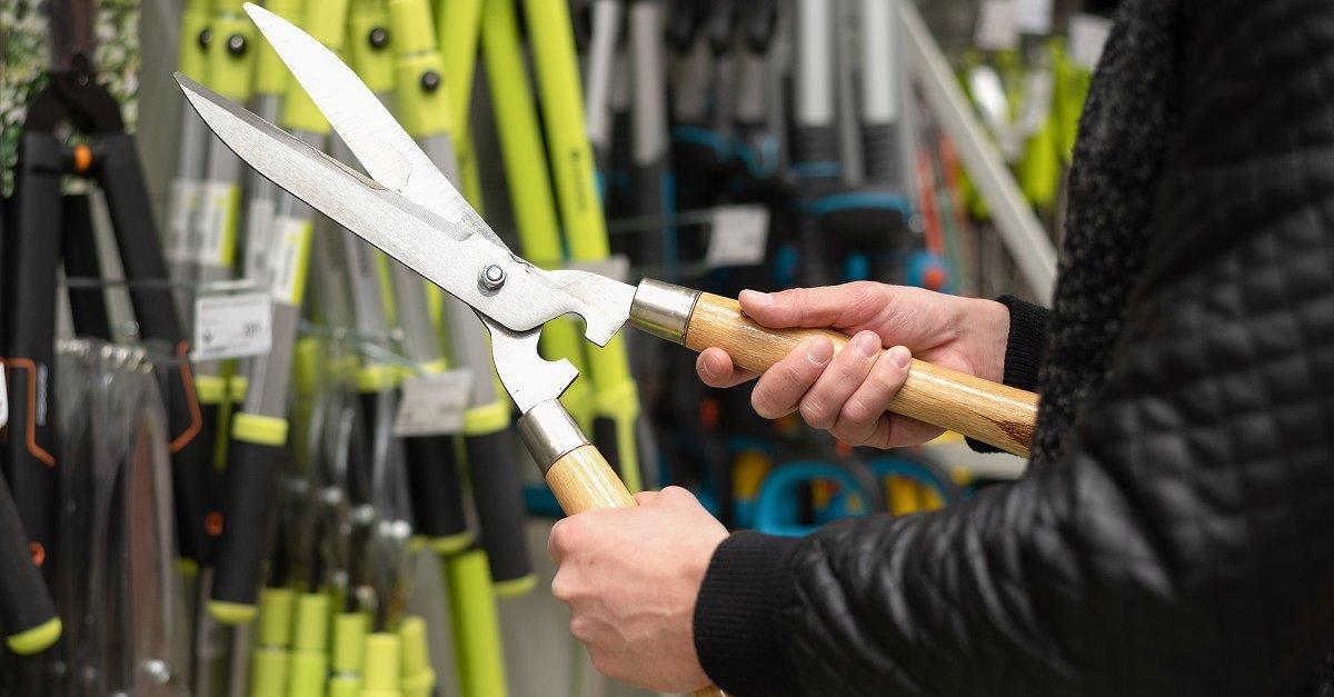 Чем подрезают кусты инструмент
