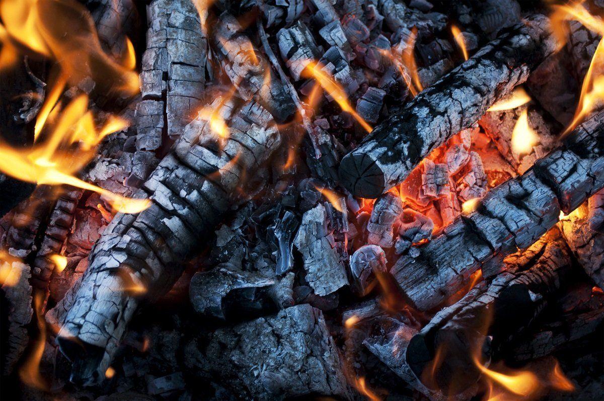 Древесная зола в огне