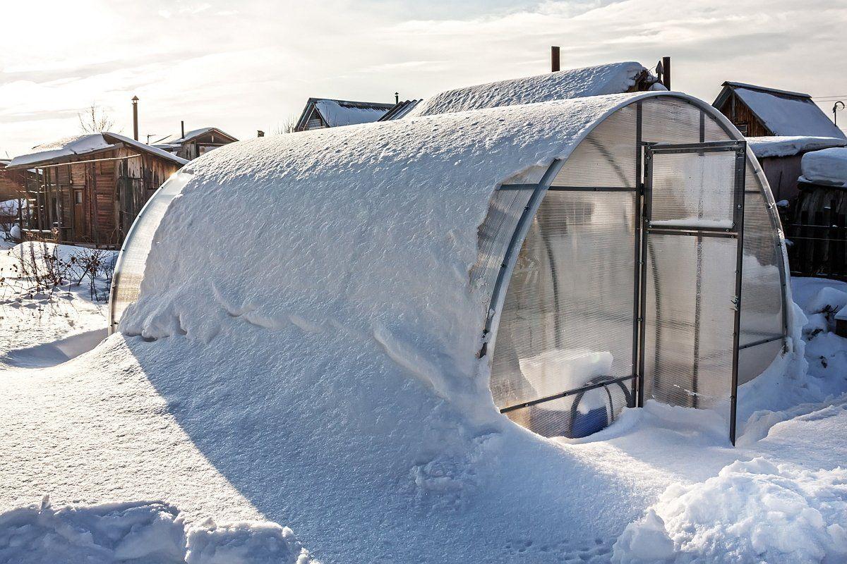 Greenhouse polycarbonate unit tunes snow. Russia, Siberia, Novosibirsk region