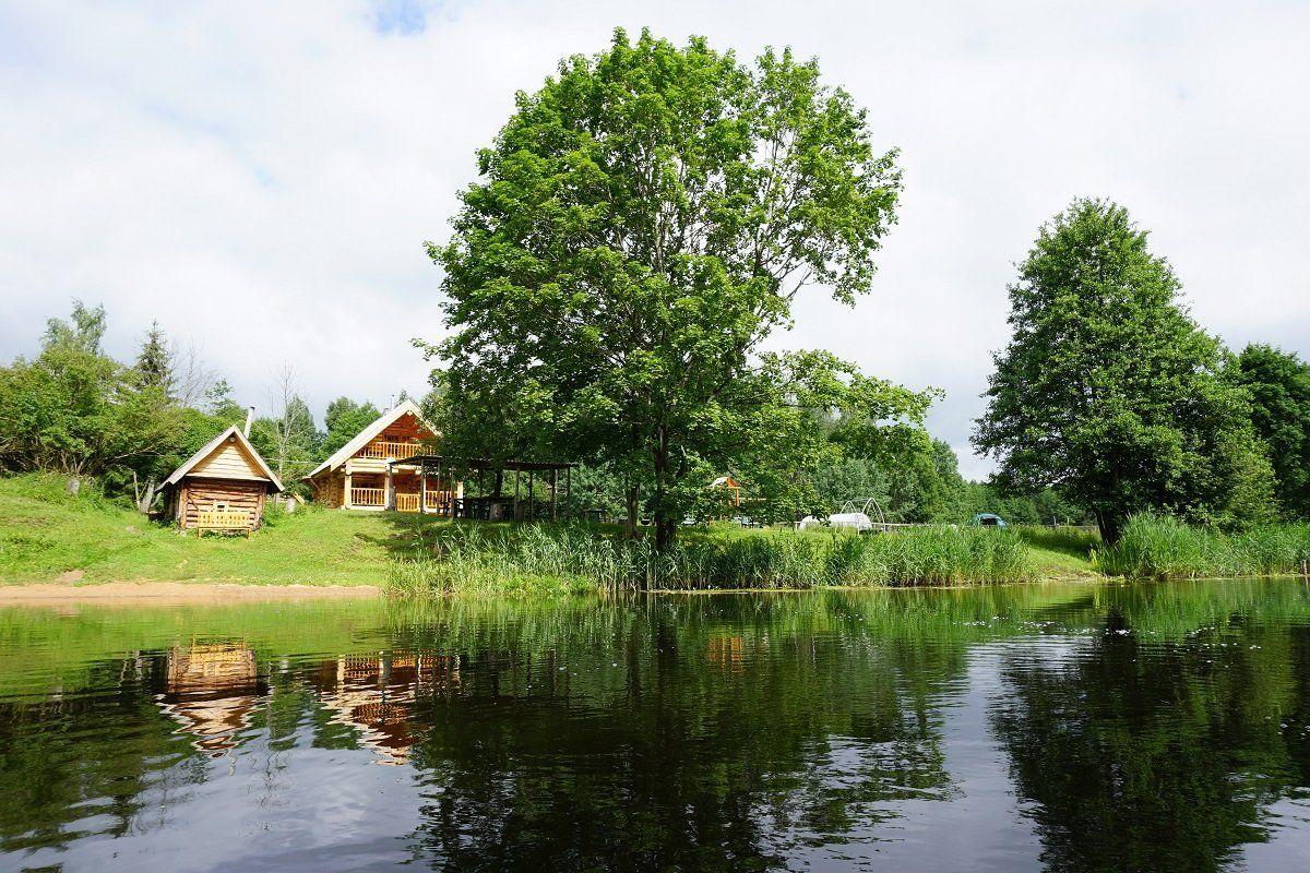 Деревенский дом у воды
