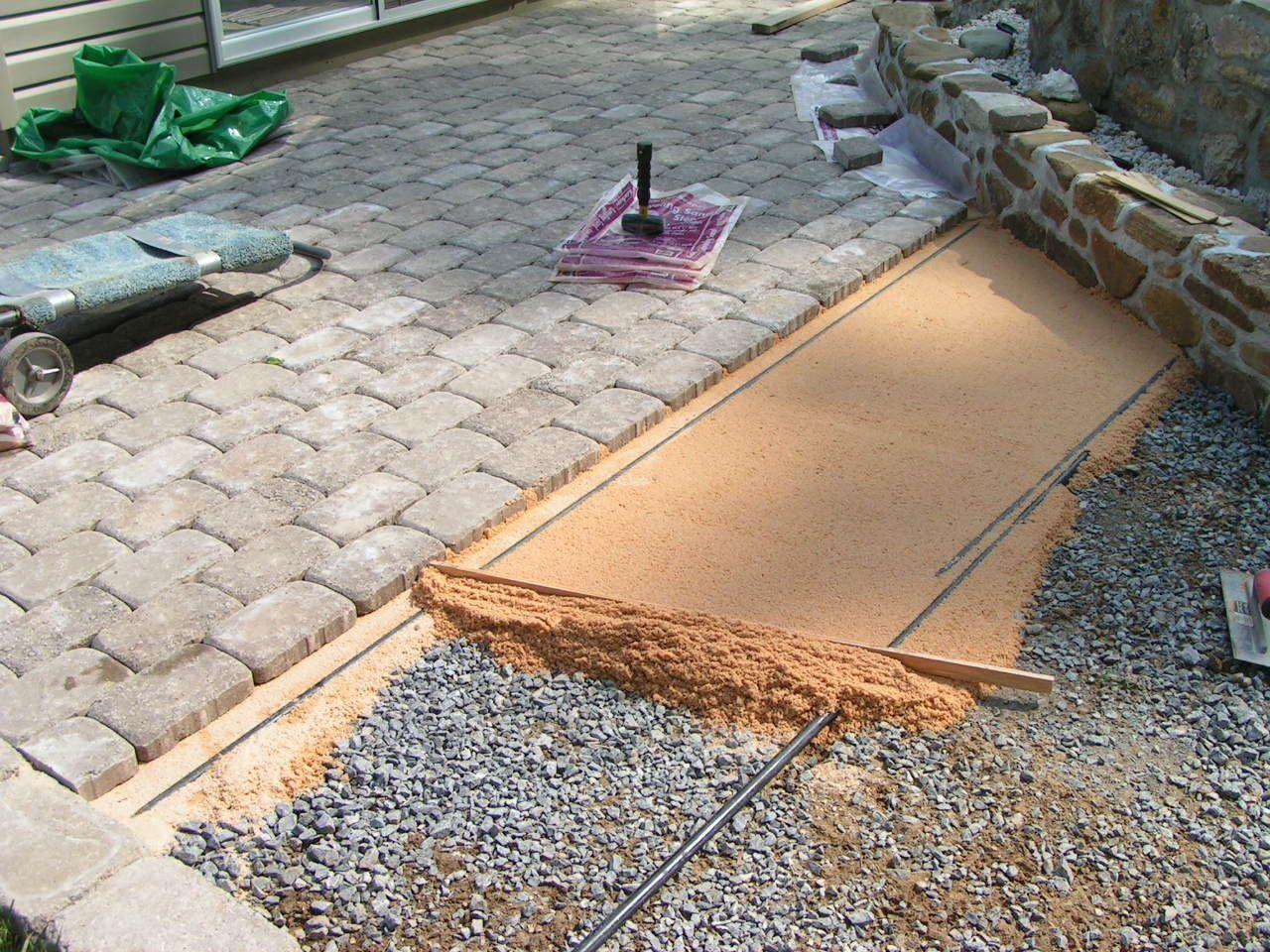 Как уложить тротуарную плитку в саду?