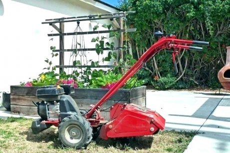 Мотокультиватор на садовом участке