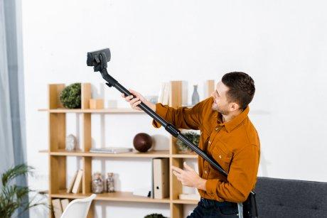 пылесосом убирать дом