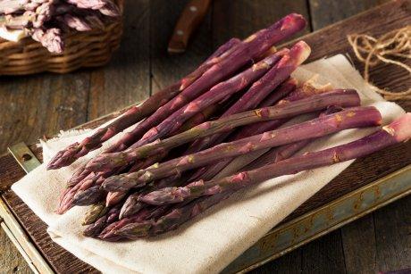 фиолетовые овощи на грядке