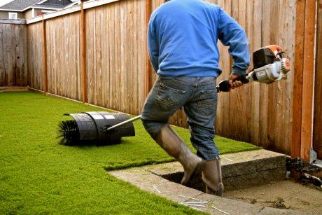укладывать искусственный газон