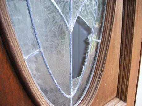 Заделать разбитое стекло можно разными составами