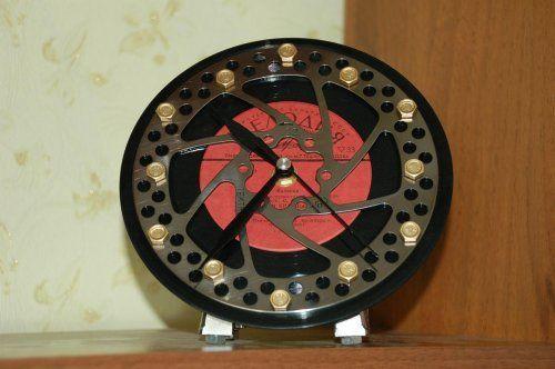 Часы из дискового тормоза с пластинкой