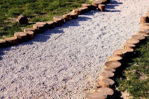 Садовая дорожка из гравия и спилов