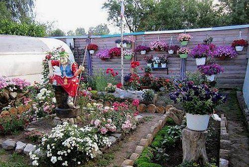 Гршки с цветами на заборе