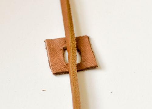 Кожаные квадратик и шнур