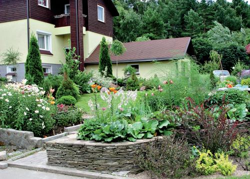 Склон делает сад эффектней