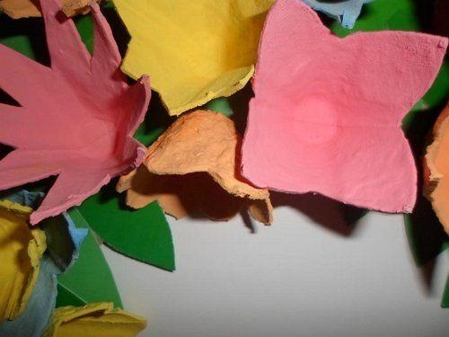 цветок из яичного лотка