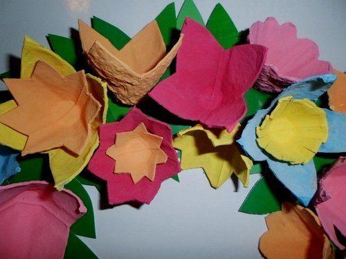 цветы в венке из яичных лотков