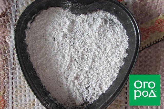 сахарная пудра в форме для выпечки