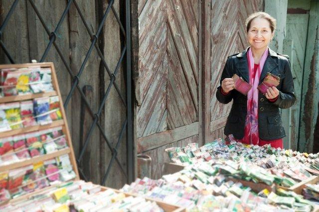 женщина продает семена