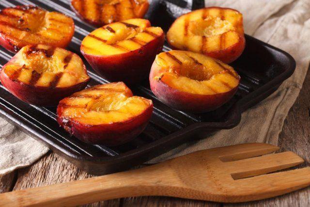На решетку фрукты кладут срезом вниз