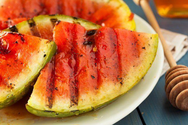 Большие плоды следует разрезать на порционные кусочки