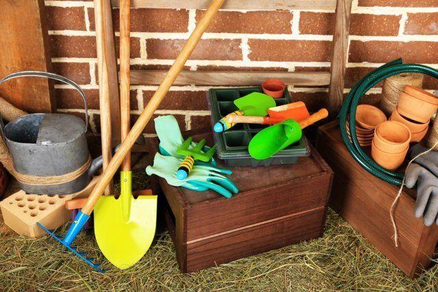 садовый инструмент в сарае