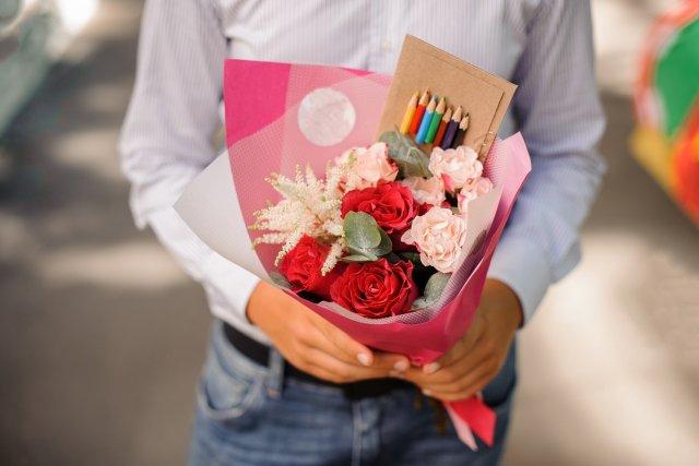 Букет с розами на школьную линейку