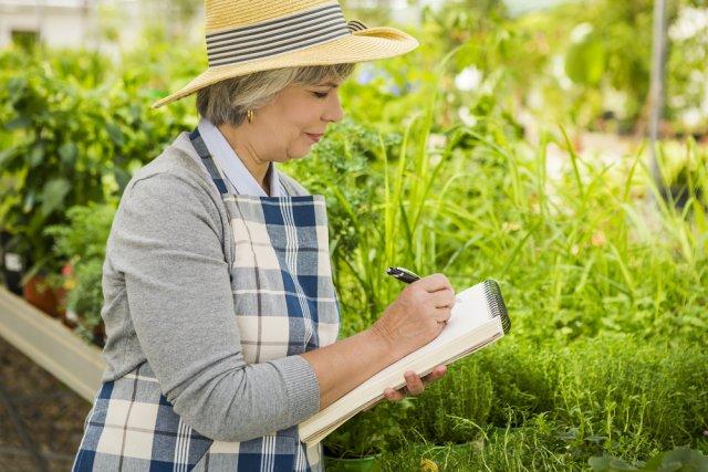 женщина в саду пишет