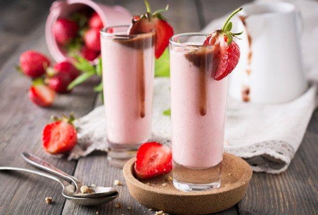 молочный коктейль с клубникой мороженым и шоколадом