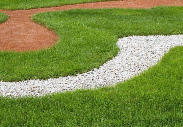 Гравийная насыпка поможет замаскировать проплешины на газоне