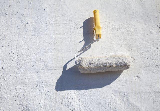 валик белить стену