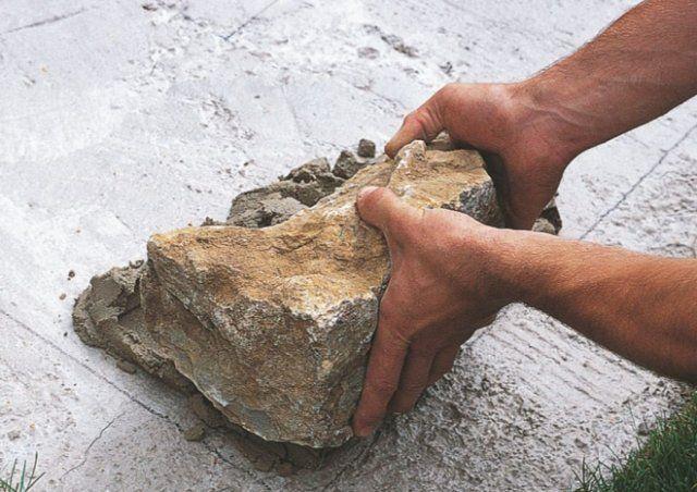 камень в основании