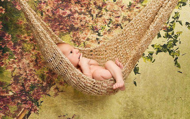 Фотография младенца в гамаке
