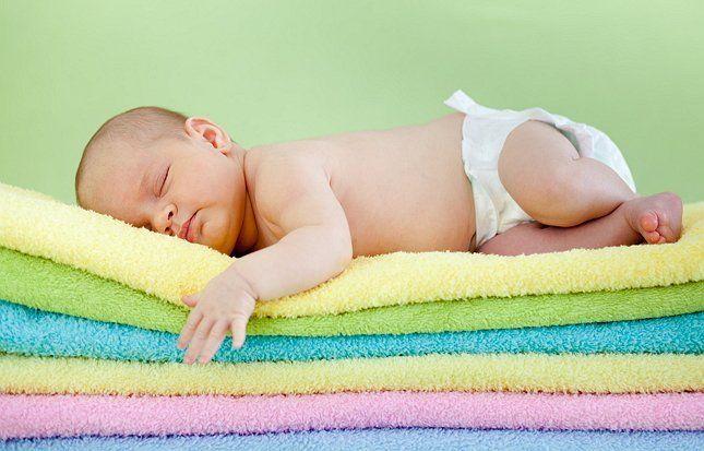 Младенец на подложке из полотенец