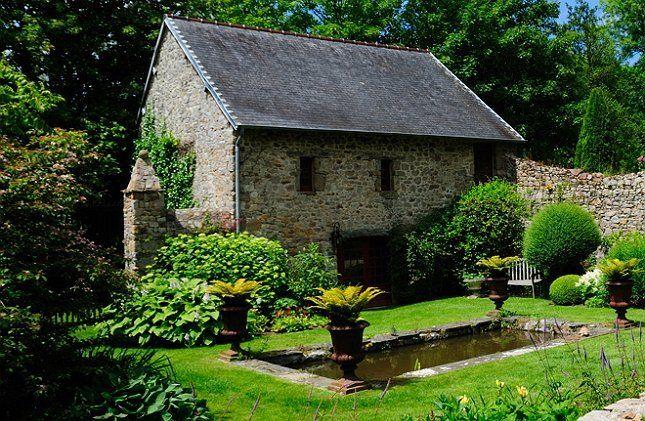 Соседство с формальным прудом позволит выгодно подчеркнуть и геометрию постройки
