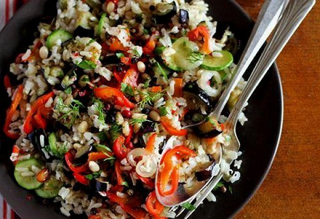 Блюдо с черным чесноком, овощами и рисом фото