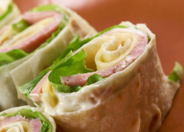 Закуска из лаваша с сыром и ветчиной ролл на пикник фото