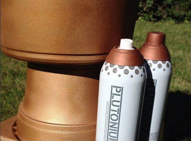 Бронзовая краска придаст вазе из пластиковых контейнеров эффект тяжести