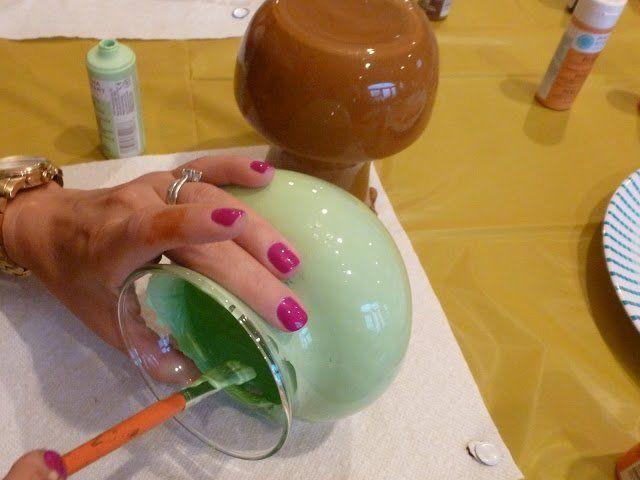 Пока одна ваза сохнет, можно заняться покраской следующей