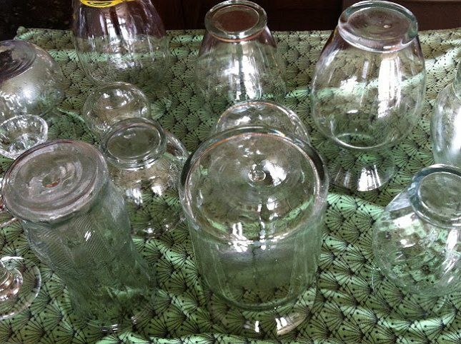 Для покраски подойдут любые стеклянные вазы и даже банки