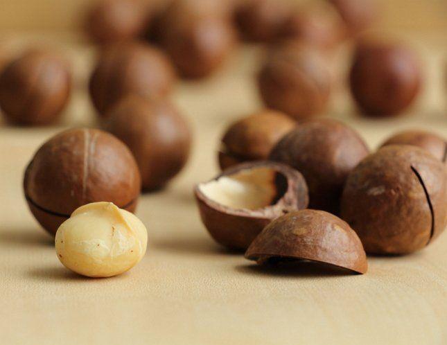 Масло плодов макадамии используется в парфюмерии и косметике