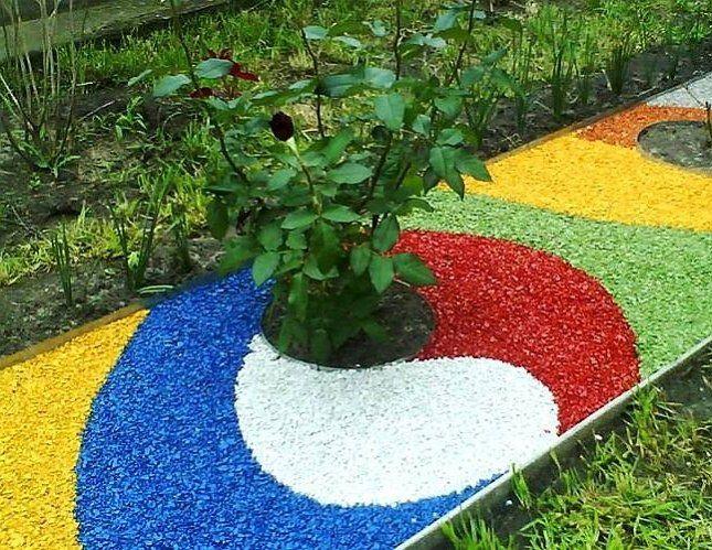 Разноцветная мульча позволяет создавать в цветнике самые разные рисунки