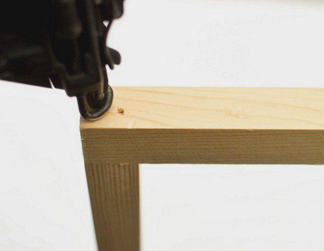 Скреплять бруски между собой лучше всего с помощью клея для древесины и гвоздепистолета