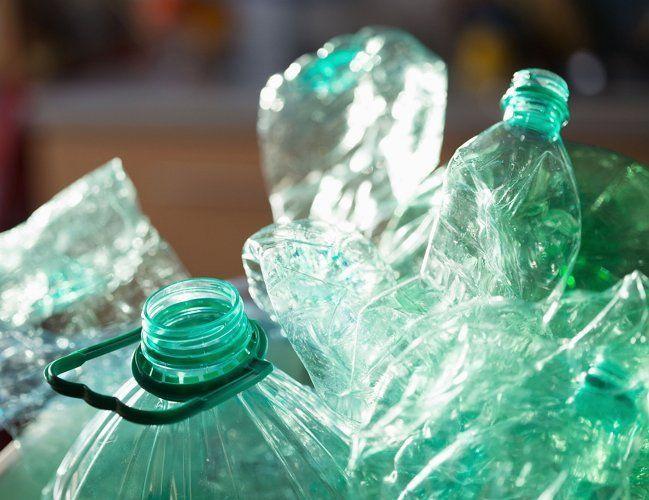 Чтобы цветочный горшок был не таким тяжелым, положите на дно кусочки пластиковых бутылок