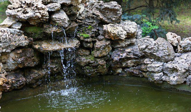 Водопад – отличное решение для тех, кто живет недалеко от дороги: лучше слушать шум падающей воды, чем гул автомобилей