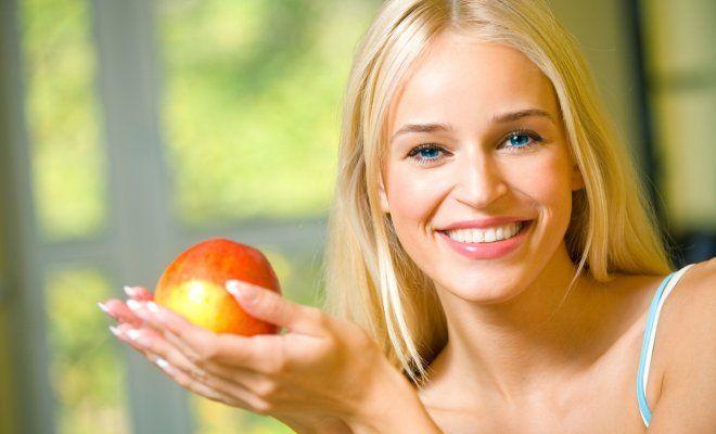 : Девушка с яблоком в руках