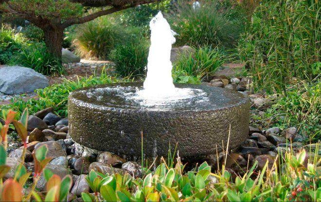 Фонтан из камня может быть маленьким и декоративным