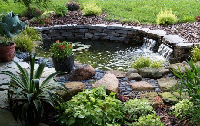 Каменные берега можно задекорировать растениями и мелкой галькой