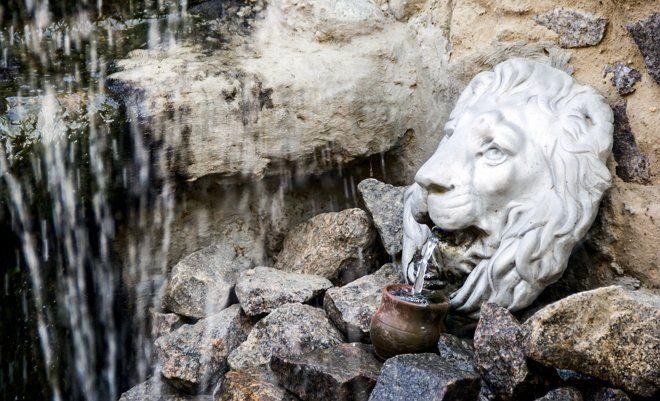 Не менее интересно смотрится в саду маскарон – это своего рода маска в виде головы животного (например, льва) или человеческого лица, в котором есть отверстие для выхода воды