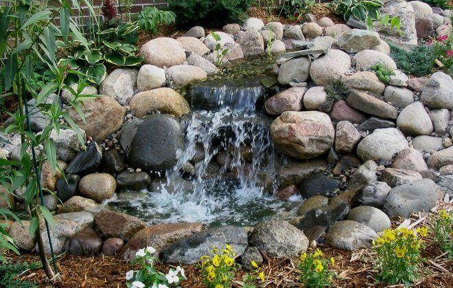 Красивый водопад можно сделать даже из обычных булыжников