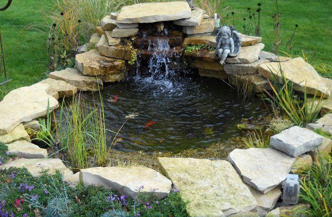 Обложенный камнями пруд не исключает возможность установки фонтана